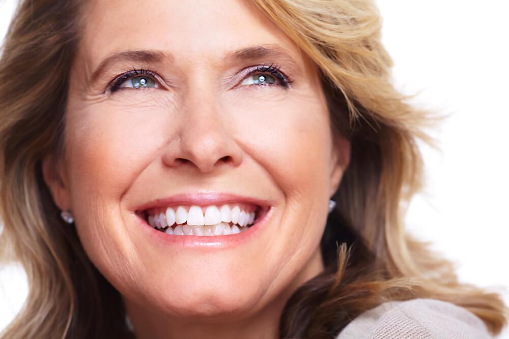 mujer con corona dental