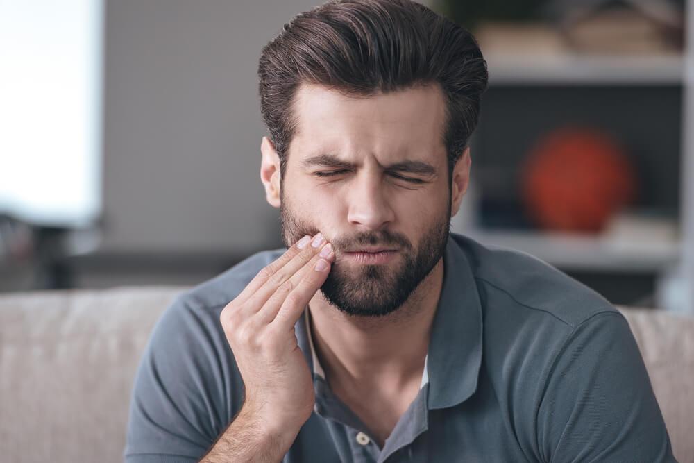 hombre con dolor en la mandibula