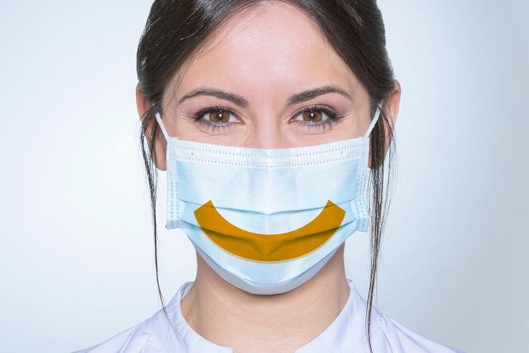 Dona amb màscara torna a somriure amb confiança